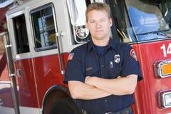Retrato de un bombero por un coche de bomberos Fotos de archivo libres de regalías