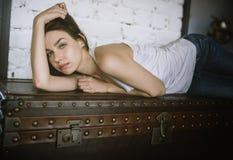 Retrato de un brunette joven foto de archivo libre de regalías