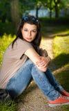 Retrato de un brunette joven en el parque Foto de archivo