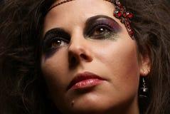 Retrato de un brunette joven en joyería atractiva Fotografía de archivo libre de regalías