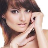 Retrato de un brunette joven en maquillaje hermoso fotografía de archivo libre de regalías