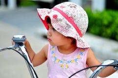 Retrato de un cabrito lindo en la bicicleta Imagen de archivo