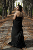 Retrato de un callejón del otoño de la muchacha que recorre Fotos de archivo libres de regalías