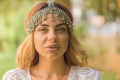 Retrato de un casco femenino hermoso de la elegancia del boho que lleva foto de archivo libre de regalías