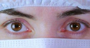 Retrato de un cierre encima del cirujano de la mujer, el doctor With Mask Ready para la operación en hospital o clínica Ojos del  almacen de metraje de vídeo