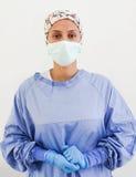 Retrato de un cirujano con guantes y una máscara Fotografía de archivo