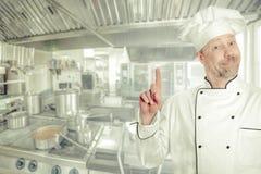 Retrato de un cocinero de sexo masculino alegre del cocinero Fondo - la cocina imagen de archivo