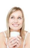 Retrato de un cofee de consumición de la mujer joven Imagen de archivo