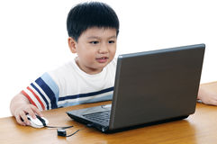 Retrato de un colegial elemental con la computadora portátil Foto de archivo libre de regalías