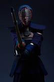 Retrato de un combatiente del kendo con shinai foto de archivo libre de regalías