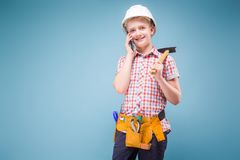 Retrato de un constructor joven en un casco y de una cinta métrica en su mano Imagen de archivo