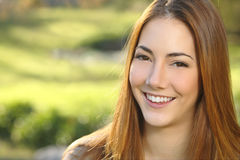 Retrato de un cuidado dental de la sonrisa blanca de la mujer Imágenes de archivo libres de regalías