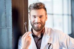 Retrato de un dentista cerca de la ventana Imagen de archivo libre de regalías