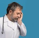 Retrato de un doctor cansado fotos de archivo