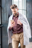 Retrato de un doctor cerca de la ventana Fotografía de archivo libre de regalías