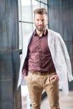 Retrato de un doctor cerca de la ventana Fotografía de archivo