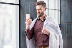 Retrato de un doctor cerca de la ventana Fotos de archivo libres de regalías