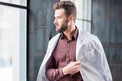 Retrato de un doctor cerca de la ventana Imágenes de archivo libres de regalías