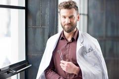 Retrato de un doctor cerca de la ventana Foto de archivo libre de regalías