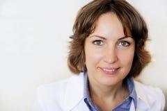 Retrato de un doctor de sexo femenino contra la pared blanca fotos de archivo libres de regalías