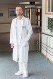 Retrato de un doctor de sexo masculino Imagen de archivo libre de regalías