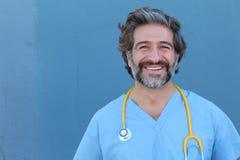 Retrato de un doctor hermoso sonriente con el pelo de la sal y de la pimienta fotografía de archivo libre de regalías