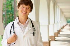 Retrato de un doctor joven Imagenes de archivo