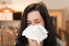 Retrato de un dolor de cabeza enfermo de la sensación de la mujer Concepto médico y de la salud foto de archivo libre de regalías