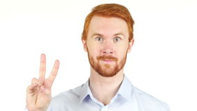 Retrato de un ejecutivo que gesticula los pulgares para arriba, entrevista de trabajo en la oficina almacen de video
