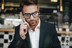 Retrato de un empresario que habla en el teléfono celular imagen de archivo libre de regalías