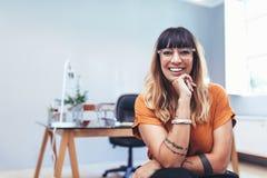 Retrato de un empresario de sexo femenino imagen de archivo