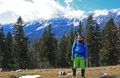 Retrato de un escalador delante de las montañas de Piatra Craiului Fotos de archivo