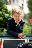 Retrato de un escolar en el parque verde Fotos de archivo libres de regalías