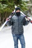 Retrato de un esquiador del hombre joven en el bosque del invierno Imagen de archivo libre de regalías