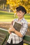 Retrato de un estudiante adolescente Holding Books de la raza mixta feliz Imágenes de archivo libres de regalías