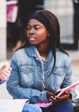 Retrato de un estudiante africano joven fotos de archivo