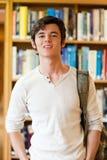 Retrato de un estudiante apuesto que se levanta fotos de archivo
