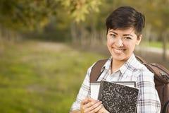 Retrato de un estudiante bonito Holding Books de la raza mixta Imagen de archivo libre de regalías