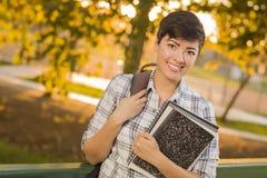 Retrato de un estudiante bonito Holding Books de la raza mixta Imágenes de archivo libres de regalías