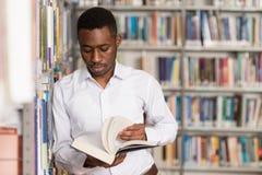 Retrato de un estudiante en una biblioteca fotografía de archivo libre de regalías