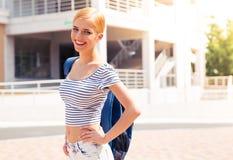Retrato de un estudiante feliz con la mochila Fotos de archivo