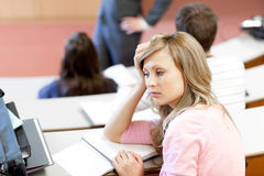Retrato de un estudiante femenino aburrido en la universidad foto de archivo libre de regalías