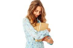 Retrato de un estudiante joven hermoso con los libros sobre la parte posterior del blanco Imagen de archivo libre de regalías