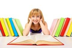 Retrato de un estudiante joven que miente y que lee un libro Imágenes de archivo libres de regalías