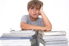 Retrato de un estudiante joven tensionado con los libros Fotografía de archivo libre de regalías