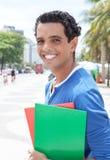 Retrato de un estudiante latino en la ciudad fotos de archivo