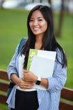 Retrato de un estudiante de mujer asiático joven con el pelo largo Imagenes de archivo