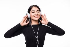 Retrato de un estudiante de mujer hermoso que escucha la música en el fondo blanco Imágenes de archivo libres de regalías