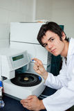 Retrato de un estudiante que presenta con una centrifugadora Imagen de archivo