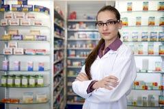 Retrato de un farmacéutico de sexo femenino en la farmacia Fotografía de archivo libre de regalías